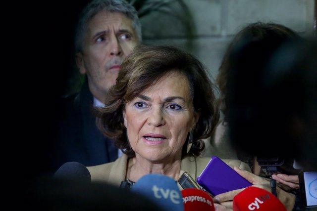 La vicepresidenta del gobierno en funciones, Carmen Calvo, habla con los medios durante el acto en el que se inaugura la jornada conmemorativa del XV aniversario de la Ley Integral contra la Violencia de Género en Madrid, a 19 de diciembre de 2019