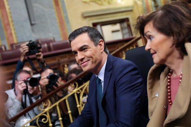 El president del Govern central en funcions, Pedro Sánchez i la vicepresidenta, Carmen Calvo, en una foto d'arxiu.