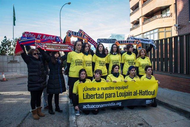 Activistas de Aministía Internacional protestan contra la Supercopa de España de fútbol en Arabia
