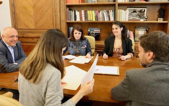 Las portavoces de PSOE y Podemos, Adriana Lastra e Irene Montero, firman un protocolo de funcionamiento del acuerdo del Gobierno de coalición