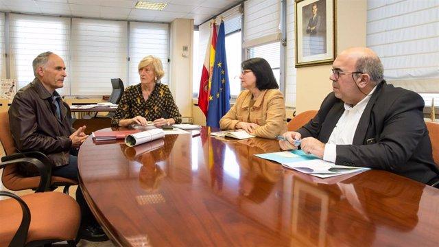 La consejera de Educación, FP y Turismo de Cantabria, Marina Lombó, y otros integrantes de la Consejería, se reúnen con el alcalde de Soba, Julián Fuentecilla