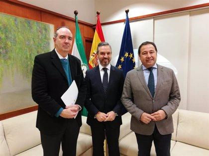 Junta y el comisionado para el Polígono Sur analizan actuaciones de colaboración en materia de energías renovables