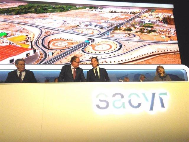 El presidente de Sacyr, Manuel Manrique, y el consejero Demetrio Carceller en la junta de accionistas 2019 de la compañía.