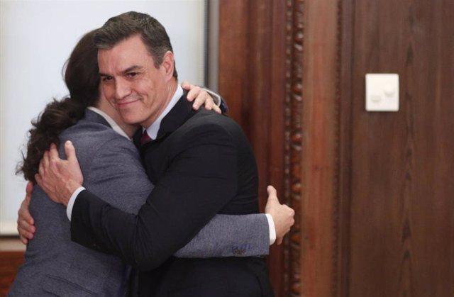 El presidente del Gobierno en funciones, Pedro Sánchez abraza al secretario general de Podemos, Pablo Iglesias, el pasado mes de diciembre.