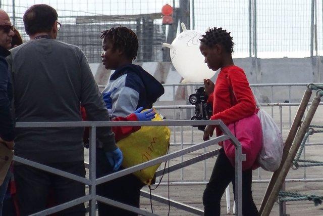 """16 October 2019, Italy, Taranto: Migrants leave the rescue vessel """"Ocean Viking"""". Photo: Ingenito Renato/LaPresse via ZUMA Press/dpa"""