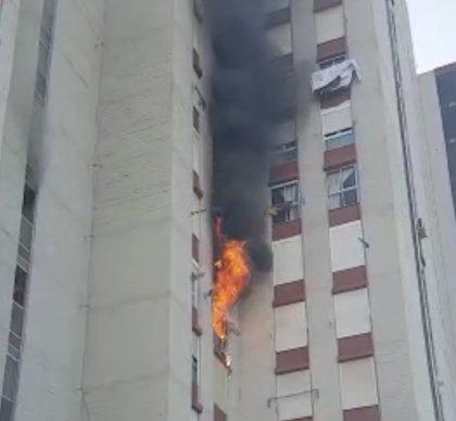 Cinco personas resultan heridas por inhalación de humo en el incendio de un piso en l'Albufereta