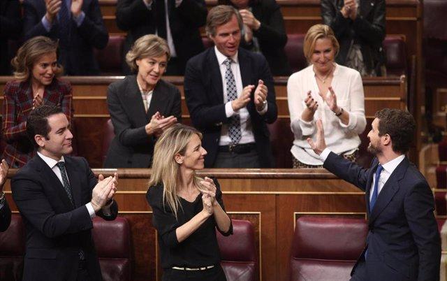 El presidente del PP, Pablo Casado, agradece el aplauso de la bancada popular tras su intervención en la segunda sesión de votación para la investidura del candidato socialista a la Presidencia del Gobierno