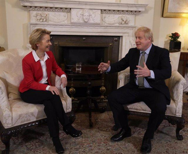La presidenta de la Comisión Europea, Ursula von der Leyen, y el primer ministro de Reino Unido, Boris Johnson