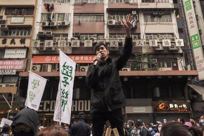 Decenas de manifestantes prodemocracia bloquean carreteras de Hong Kong en una nueva jornada de protestas