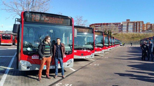 El presidente de la EMT y concejal, Giuseppe Grezzi, y el gerente de la compañía, Josep Enric Garcia, en una imagen de archivo junto a autobuses de la empresa pública.
