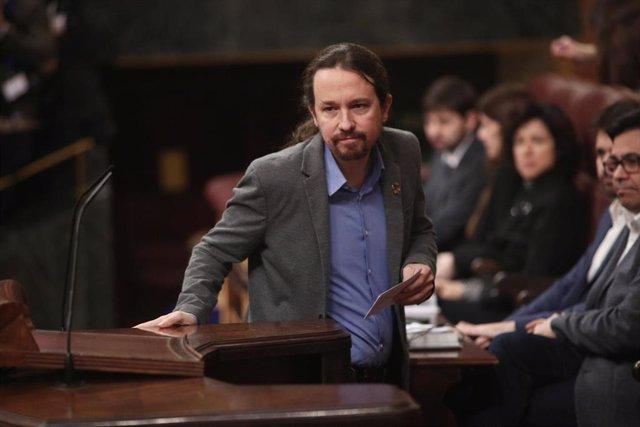 El secretario general de Podemos, Pablo Iglesias, sube a la tribuna del Congreso para intervenir en la segunda sesión de votación para la investidura del candidato socialista a la Presidencia del Gobierno, en Madrid (España), a 7 de enero de 2020.