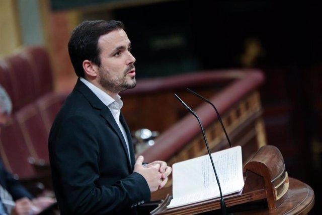 El coordinador federal de Izquierda Unida (IU), Alberto Garzón, interviene desde la tribuna del Congreso de los Diputados en la primera sesión del debate de investidura del candidato socialista a la Presidencia de Gobierno en la XIV Legislatura en Madri