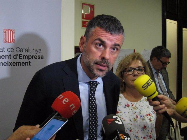 El conseller d'Empresa i Coneixement, Santi Vila, i la directora de l' Agncia Catalana de Consum, Montserrat Ribera