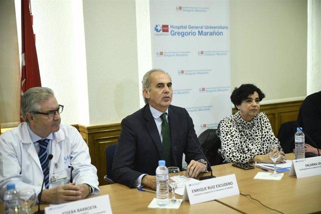 (i-d) El director gerente del Hospital Gregorio Marañón, Joseba Barroeta, el consejero de Sanidad de la Comunidad de Madrid, Enrique Ruiz Escudero, y la coordinadora de la unidad de terapias avanzadas, Encarna Cruz, realizan un encuentro informativo sobre