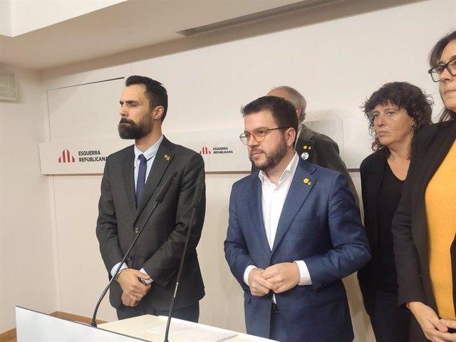 El president del Parlament, Roger Torrent, i el vicepresident de la Generalitat i coordinador nacional d'ERC, Pere Aragonès, al costat de la consellera Teresa Jordà, a la seu d'ERC, a Barcelona, 9 de gener del 2020.