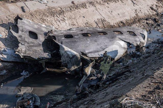 Una pieza del fuselaje del avión en el lugar donde ha ocurrido el accidente