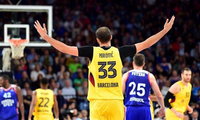 Nikola Mirotic celebra un triple con el Bara en la Euroliga