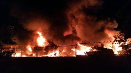 Bomberos trabajan en la extinción de un incendio en un desguace de Torrellano