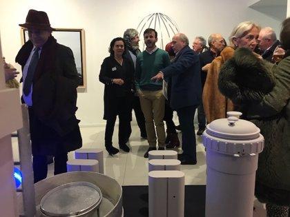 """El artista Javier Remedios expone en la sala El Brocense de Cáceres su """"versión reciclada"""" de la Historia del Arte"""