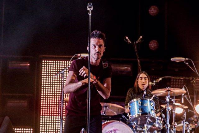 El cantante de Vetusta Morla, Pucho, durante el concierto de la gira española 'Mismo sitio, distinto lugar' del grupo en el Wizink Center, en Madrid (España) a 28 de diciembre de 2019.