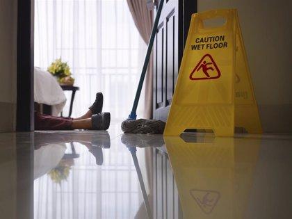 Las mayores que han sufrido una caída tienen casi un 50% más riesgo de fractura