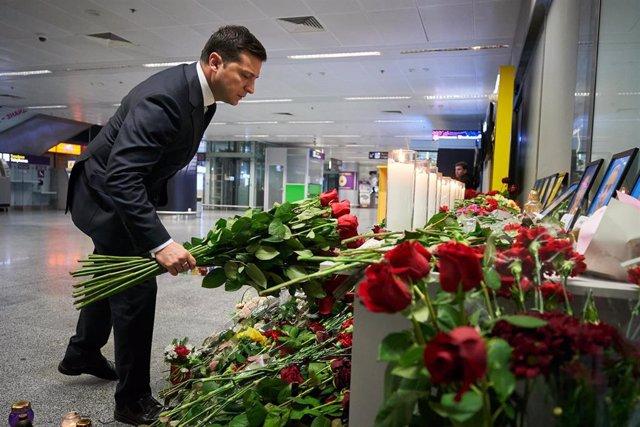 Volodimir Zelenski homenajea a las víctimas del avión estrellado en Irán