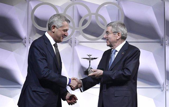Thomas Bach hace entrega de la Copa Olímpica 2019 a Filippo Grandi, Alto Comisionado de las Naciones Unidas para los Refugiados