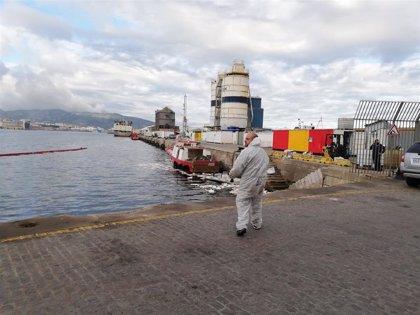 """""""Fallo de procedimiento"""" en una operación de repostaje deja un vertido de cinco toneladas de fuel en el Puerto de Ceuta"""