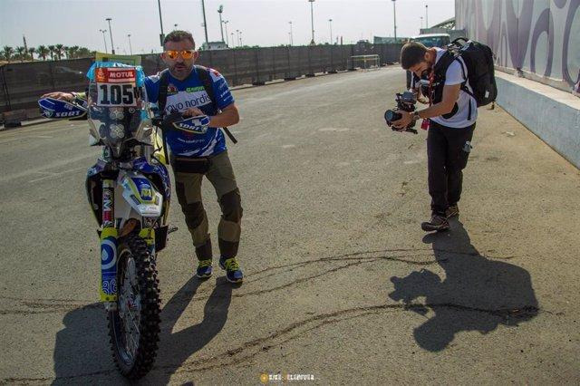 Cuatro alumnos de la Universitat Politècnica de València ayudan al piloto de motos Daniel Albero