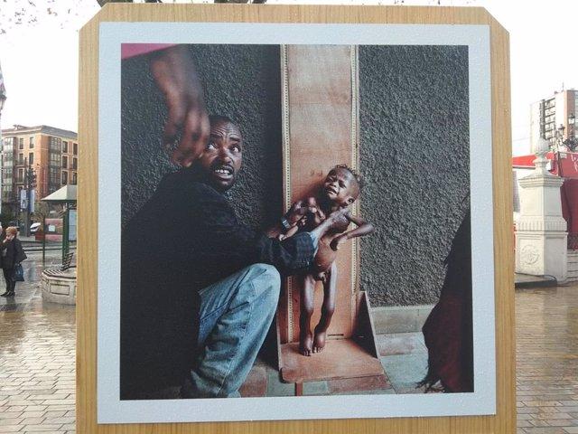 """Una de las imágenes que forman parte de la exposición""""La infancia marca. Cien años defendiendo los derechos de los niños y las niñas"""",  de Save the Children."""