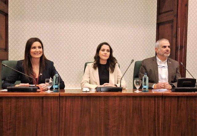 Lorena Roldán, Inés Arrimadas i Carlos Carrizosa (Cs) en una reunió al Parlament.