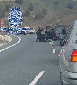 Agentes de la Unidad de Prevención y Reacción interceptan una furgoneta cargada de droga.