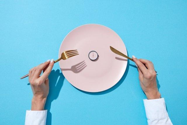 Tiempo para comer y el concepto de la dieta. Ayuno.