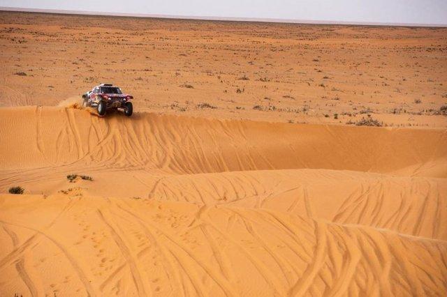 Carlos Sainz sobre las dunas del Dakar