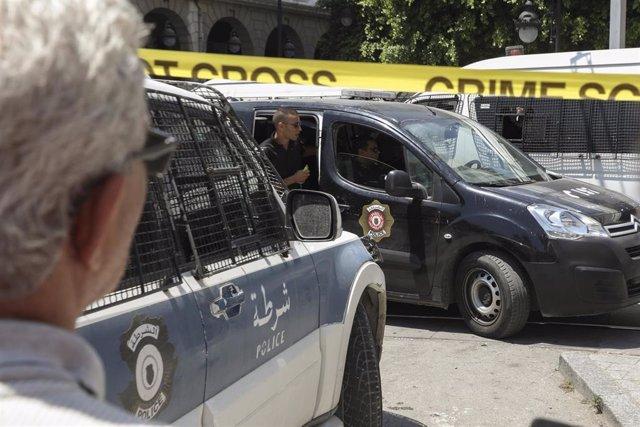 Policías de Túnez tras el doble atentado perpetrado en la capital del país