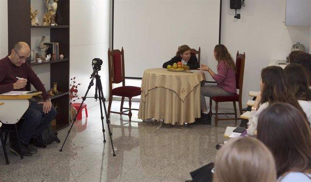 Práctica con actores en el grado de Enfermería para aprender a manejar la comunicación con pacientes.