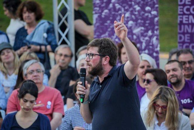 El número 5 de Unidas Podemos al Parlamento Europeo, Miguel Urbán, interviene en el acto de campaña de Podemos en la Plaza del 2 de Mayo en Madrid