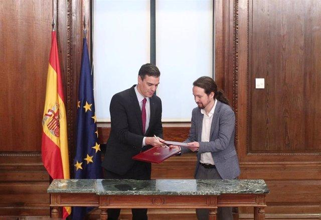 El presidente del Gobierno en funciones, Pedro Sánchez (izq) y el secretario general de Podemos, Pablo Iglesias (dech), durante el acto de presentación del programa de Gobierno del PSOE y Unidas Podemos, en el Congreso de los Diputados, Madrid (España), a