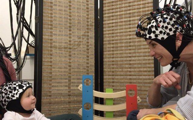 En el experimento, un adulto pasó 5 minutos jugando, cantando canciones y leyendo con bebés de 12 meses, y midieron la sincronía neuronal usando un método llamado espectroscopia de infrarrojo cercano