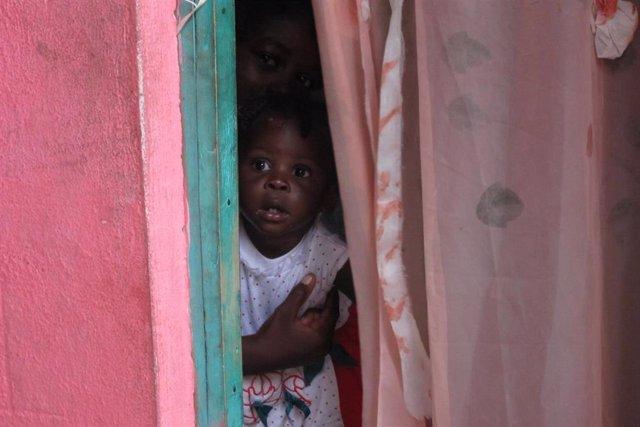Niña Haitiana Escondida, Haití