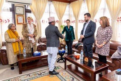 El acuerdo para el centro Budista en Cáceres abre la colaboración con Nepal a las energías, la tecnología y el turismo