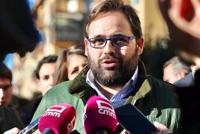 El presidente del PP en la región, Paco Núñez, atiende a los medios
