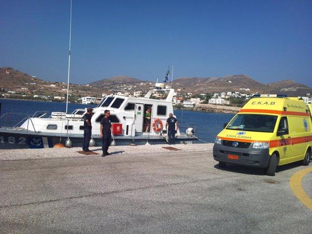 Embarcació patrullera de la Guàrdia Costanera grega al costat d'una ambulància