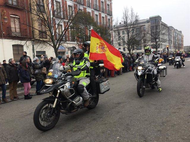 Las motos pasan por la acera recoletos durante el desfile de banderas