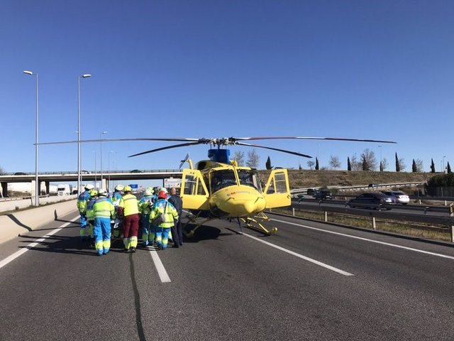 Sanitarios asisten a los heridos en el accidente