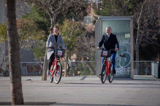 El primer tinent Alcalde de Barcelona, Jaume Collboni, i la tinent Alcalde d'Ecologia, Urbanisme i Infraestructures i Mobilidad, Janet Sanz, en la presentació de l'ampliació territorial del Bicing a Barcelona, 11 de gener del 2020.