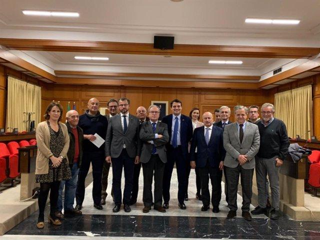El alcalde de Córdoba, José María Bellido, junto al teniente de alcalde de Hacienda y presidente de la Gerencia Municipal de Urbanismo, Salvador Fuentes, y el teniente de alcalde de Infraestructuras, David Dorado, con la Mesa de Polígonos de la CECO