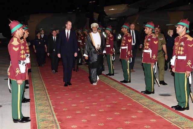 El nuevo sultán de Omán, Haitham bin Tariq Al Said y el príncipe Guillermo