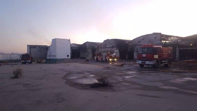 Sofocan un incendio en las naves de las antiguas instalaciones de Cárnicas Molina.