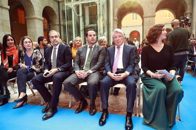La vicealcaldesa de Madrid, Begoña Villacís (i), el presidente del Atlético de Madrid, Enrique Cerezo (2d) y la presidenta de la Comunidad de Madrid, Isabel Díaz Ayuso (d)  asisten a la lectura pública de los finalistas del 25 Premio Forqué en Madrid.